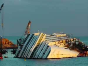 Costa Concordia, quel relitto immobile metafora dell'Italia